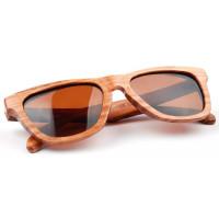 Стильные очки в деревянной оправе