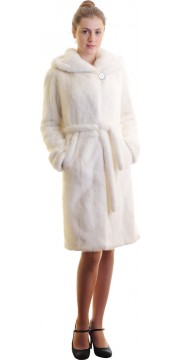 Белая норковая шуба с капюшоном фасона халат
