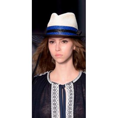 Влюбленный прохожий в яркой шляпе