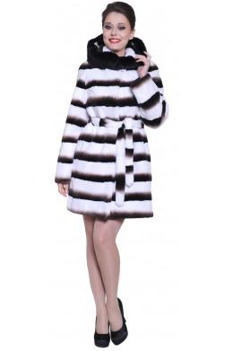 Шуба из кролика с капюшоном белого цвета с контрастными полосами