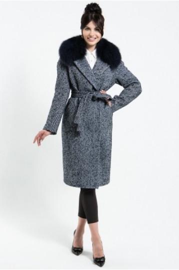 Зимнее пальто синего цвета с воротником из песца