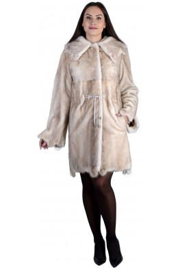Модная шуба из норки светло-бежевого цвета с «рваными» краями