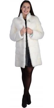 Модная норковая шуба бежевого оттенка с воротником стойкой
